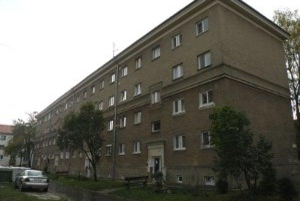 Takéto bytové domy sú charakteristické pre prievidzské sídlisko Píly.