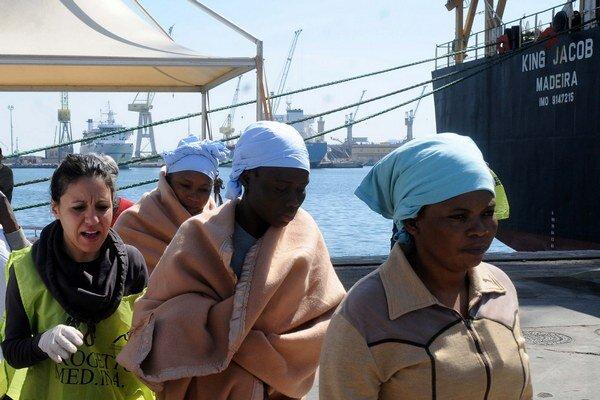 Utečenci podnikajú riskantnú cestu po mori.