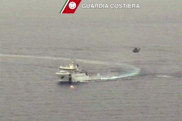 Talianska pobrežná stráž pri ostrove Lampedusa.