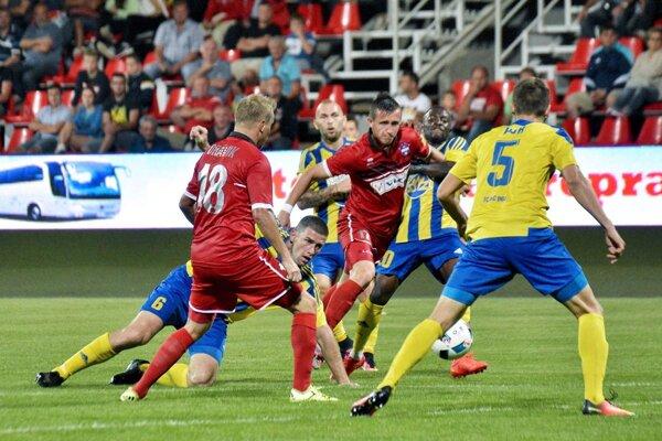 Pambou potiahol Bariša a domáci kopali penaltu, ktorú premenil Orávik. DAC však o chvíľu vyrovnal.