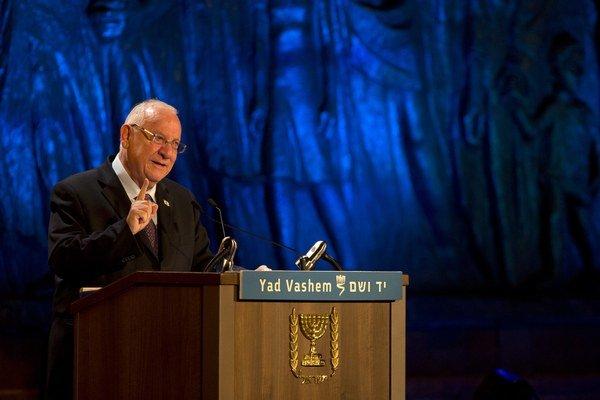 Izraelský prezident Reuven Rivlin reční počas začiatku spomienkovej ceremónie pri príležitosti Dňa pamiatky holokaustu.