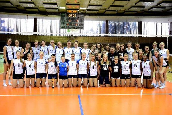 Spoločná snímka účastníčok turnaja v Trnave. Hráčky UKF Nitra sú v bielych dresoch s modrými číslami.