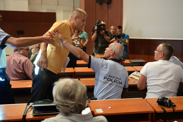 Momentka z incidentu. Vľavo poslanec Petrovčik, vpravo starosta Balčík.