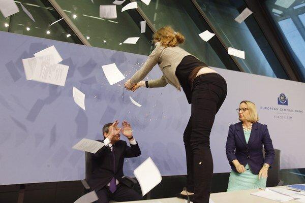 Demonštrantka hodila na šéfa ECB papierové konfety.