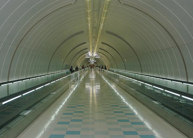 Pohyb po letisku Narita uľahčujú dlhé pohyblivé chodníky.