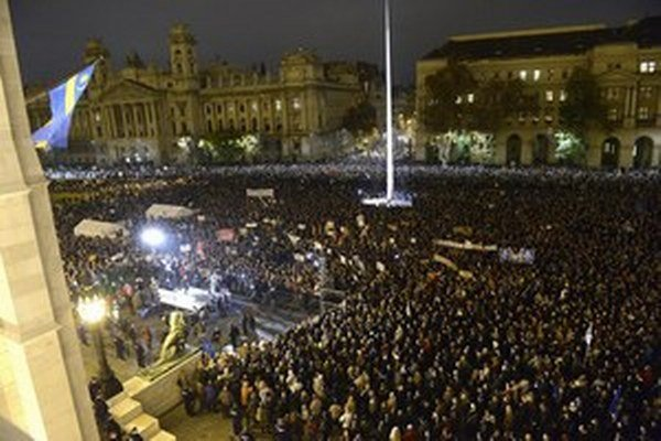 Protivládna demonštrácia pred maďarským parlamentom bola aj vlani v novembri.