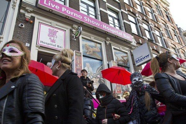 Viac ako pätinu spomedzi 500 sporných amsterdamských výkladov s prostitútkami v uplynulých rokoch zatvorili.