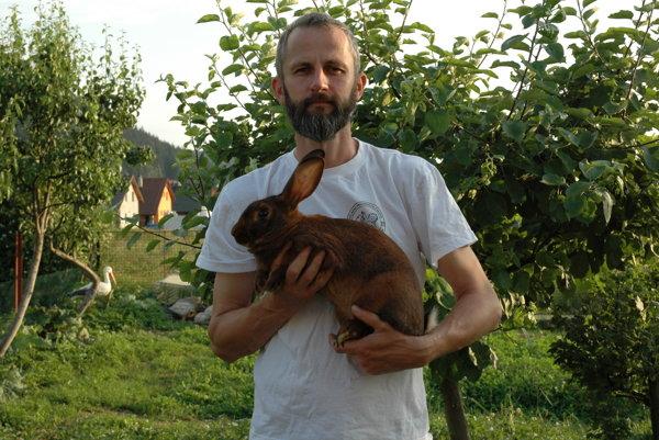 František Staňo zČierneho vokrese Čadca patrí medzi najvýznamnejších chovateľov tohto plemena na Slovensku. Za chov králika zajačieho získal vlani na celoštátnej výstave vNitre titul šampióna.