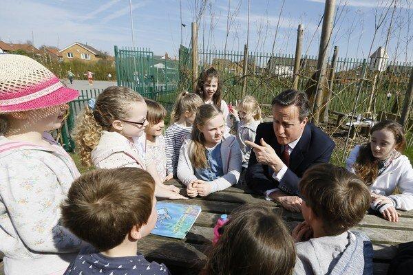 Britský premiér sa rozpráva s deťmi počas jeho návštevy základnej školy Sacred Heart RC v anglickom meste Westhoughton pri Boltone 8. apríla 2015.