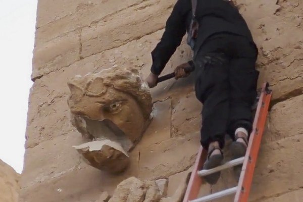 Islamský štát pokračuje v ničení historických pamiatok.