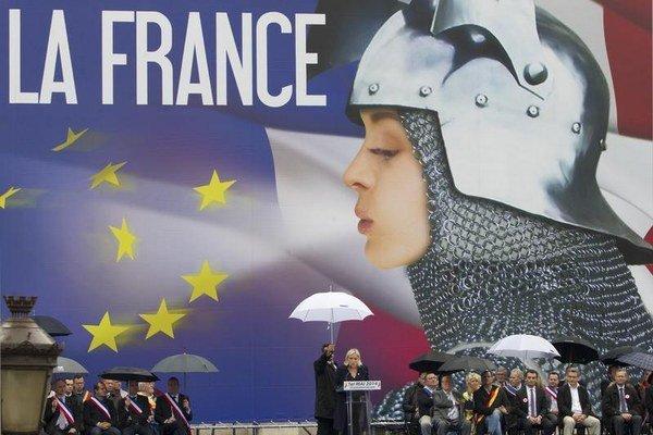 Marine Le Penová využívala motívy Jany z Arku aj na tradičnom májovom pochode Národného frontu.