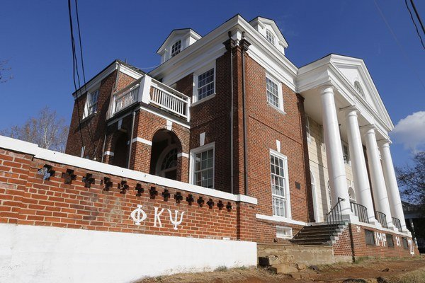 Bratstvo Phi Kappa Psi, v ktorého dome sa mal údajný zločin stať.