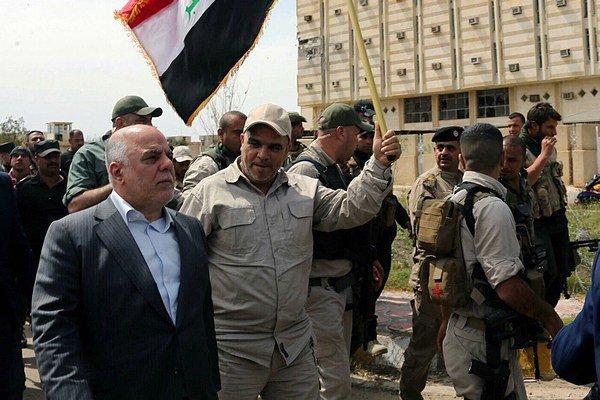 Iracký minister Ubajdí oslavuje v centre Tikrítu.