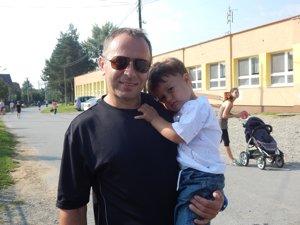 Učiteľ Marek Šimco so synom. Malý Marek bol najmenším účastníkom behu.