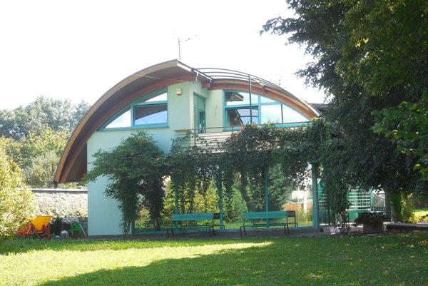Komunitné centrum Domčekovo. Na prízemí vznikne onedlho denný stacionár pre seniorov.