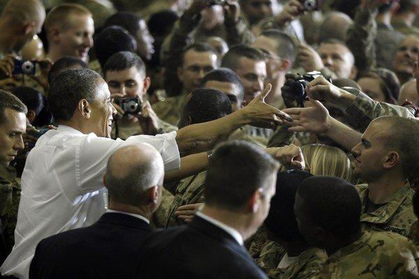 Americký prezident Barack Obama zdraví amerických vojakov po jeho prejave na afganskej leteckej základni v Bagrame.