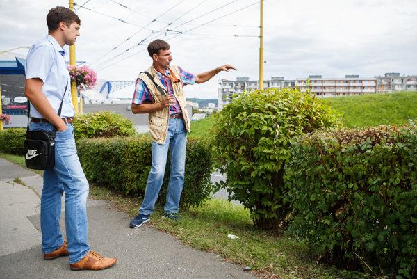 Botanik vysvetľuje. Gregorek prezrel sKaraffom 300-metrový úsek živého plota.