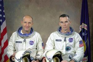 Posádka Gemini 9A pred prvým letom do vesmíru v júni 1966,  Thomas Stafford a Eugen Cernan.