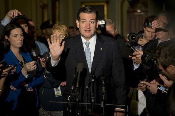 Na snímke republikánsky senátor Ted Cruz odpovedá na otázky novinárov.