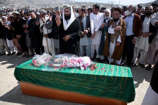 Občianski aktivisti a príbuzní sa modlia pri rakve s telesnými pozostatkami 27-ročnej afganskej ženy Farchundy, ktorú dav ľudí ubil na smrť, počas jej pohrebu v Kábule.