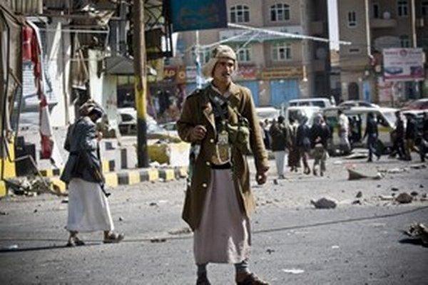 Hutskí šiitskí povstalci hliadkujú na ulici vedúcej k prezidentskému palácu počas bojov v Saná 22. januára 2015.