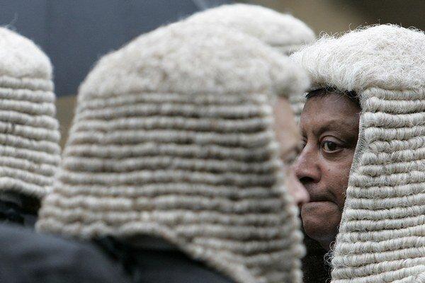 Sudcovia kráčajú do budovy britského parlamentu v londýnskom Westminsterskom opátstve.