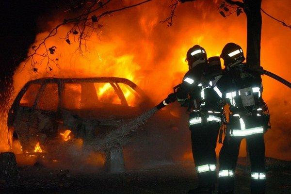 Pred desiatimi rokmi chudobní Francúzi vyjadrovali svoju nespokojnosť tým, že v uliciach pálili autá.