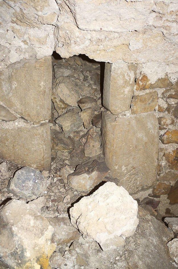 V podzemí.