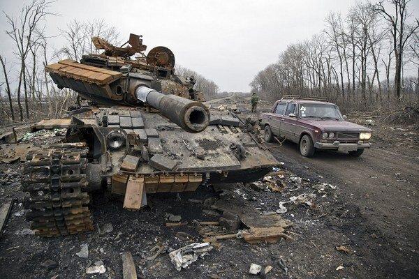 Zničený tank na Ukrajine.