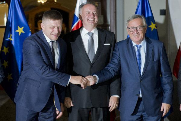 Na snímke zľava predseda vlády SR Robert Fico, prezident SR Andrej Kiska a predseda Európskej komisie Jean-Claude Juncker.