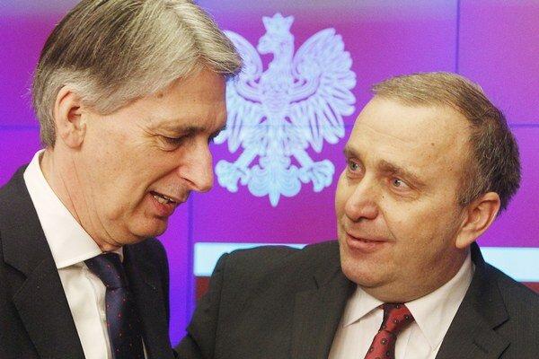Britský šéf diplomacie Philip Hammond a poľský minister zahraničia Grzegorz Schetyna.