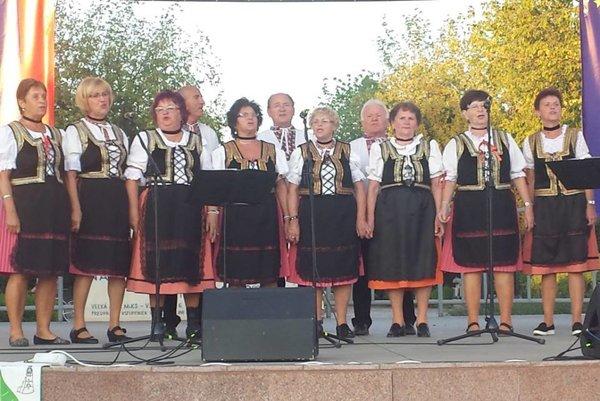 Spevácka skupina Lipa.  Počas vystúpenia.