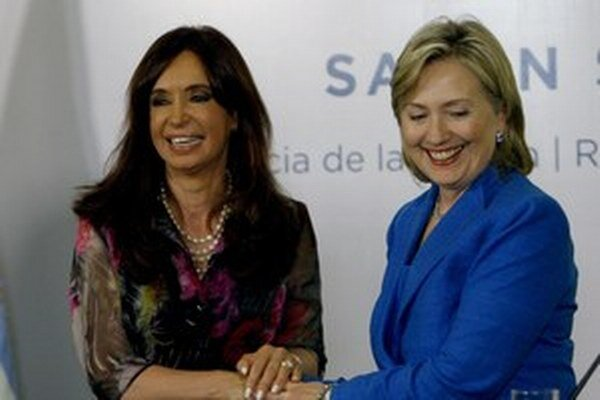 Americká ministerka zahraničných vecí Hillary Clintonová (vpravo) a argentínska prezidentka Cristina Fernández Kirchnerová v roku 2010.