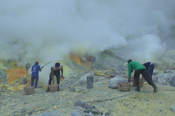 Niektorí muži vynesú z krátera aj sto kíl síry naraz. Zarobia za to necelých desať eur.