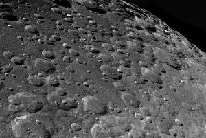 Detailný pohľad na mesačné krátery - víťaz kategórie Náš Mesiac.