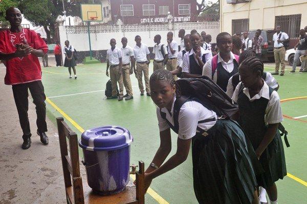 Školy v Libérii už začínajú fungovať.