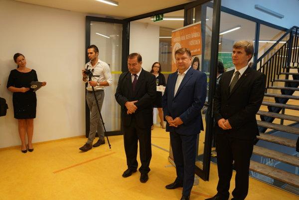 Moderné priestory vedeckého parku. Otvorenia Technicomu sa zúčastnili: Rektor UPJŠ Pavol Sovák (vľavo), predseda KSK Zdenko Trebuľa (v strede) a dekan PF UPJŠ Gabriel Semanišin (vpravo).