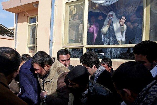 Trúchliaci pozostalí po novinárovi, ktorý zomrel pri útoku Talibanu.