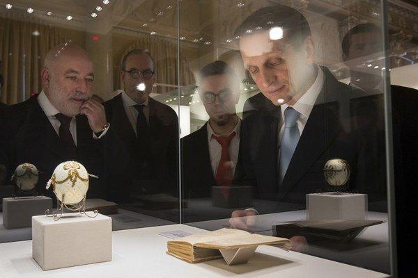 Viktor Vekseľberg (vľavo) daroval Ruskému národnému archívu časť zbierky kniežaťa Jusupova.