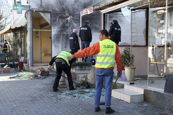 Lekáreň patriaca rodine albánskeho ministra vnútra Saimira Tahiriho po výbuchu.