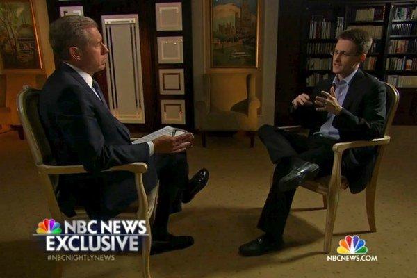 Na videosnímke Edward Snowden a moderátor Brian Williams (vľavo).