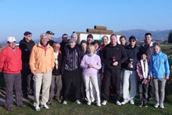 Novembrové počasie prialo golfu.