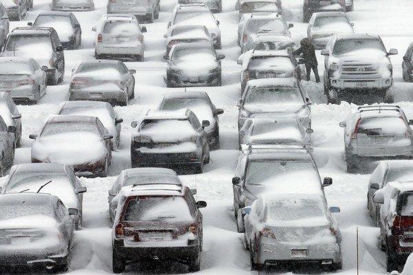 Autá pokryté snehom na parkovisku medzinárodného letiska O'Hare v Chicagu 2. februára 2015. Stredozápad Spojených štátov zasiahla snehová búrka.