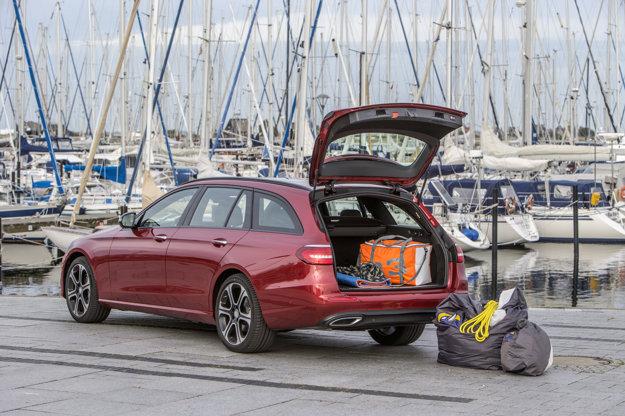 Objem batožinového priestoru narastie po sklopení sedadiel až na 1820 litrov. V základnom usporiadaní má 640 litrov.
