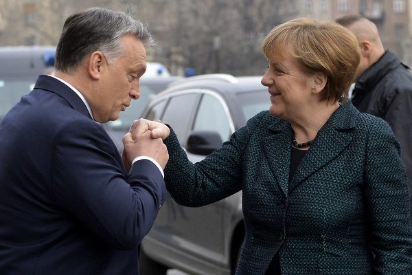 Orbán víta kancelárku Merkelovú na jednodňovej návšteve Maďarska.