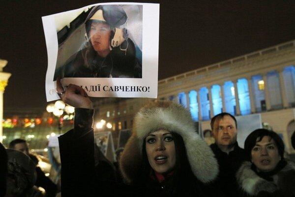 Ukrajinci pravidelne demonštrujú za prepustenie unesenej pilotky.