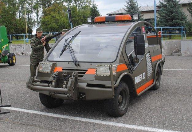 Vojaci ukázali aj vozidlo na ťahanie vrtuľníka.