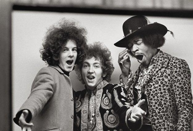 Jimi Hendrix Experience. Noel Redding, Mitch Mitchell a zívajúci kapelník.
