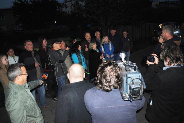 Za svitania protestovali pred domom bardejovského primátora. V dome bola tma, nikto nevyšiel ani nereagoval.