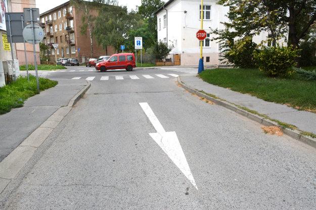 Vjazd zAlvinczyho na Lomenú. Stará stopka, ale už len pre autá vzakázanom smere.
